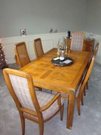 Beautiful HENREDON Dining Room Table & (6) Chairs