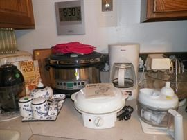 Kitchen appliances including pressure cooker, bread maker, electric grill and food choppers