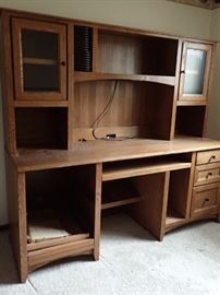 SHAKER OAK DESK WITH STORAGE - DRIVE STORAGE - PULL OUT  TRAY - DRAWERS  - LOTS OF WORKING SPACE