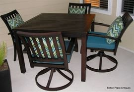 Beautifully kept Outdoor Table with 4 chairs.