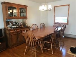 Oak dining room Set Table Hutch and chairs 200$