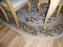Oval rug in dining area