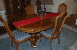 great dining table with 2 leaves and chairs