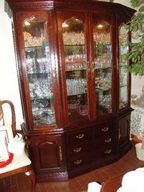 Lexington mahogany china cabinet\breakfront