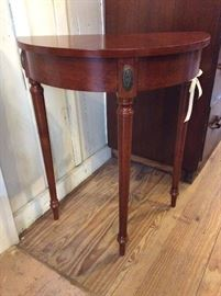 Pretty Demi-lune table