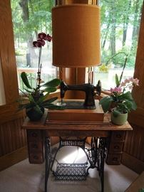 Antique Singer Sewing machine/table lamp