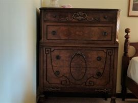 Victorian chest of drawers. Part of set.