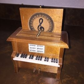 Small coaster a box in the shape of a piano