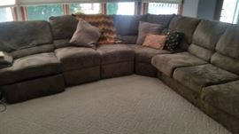 LOVELY LARGE SECTIONAL LOOKS LIKE NEW