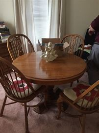 Round Dining Room table like new