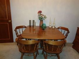 ETHAN ALLEN TABLE WITH 4 CHAIRS AND 2 LEAVES. CAN FIT UP TO 12 PEOPLE WHEN FULLY EXTENDED