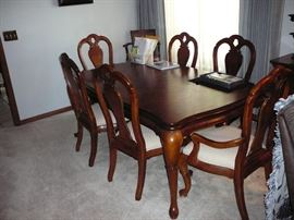 Nice Queen Anne Dining Table and 6 Chairs