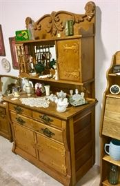 BEAUTIFUL LARGER OAK SIDEBOARD HUTCH.