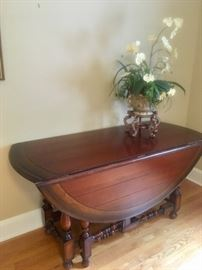 Oversized oval-shape gate leg table