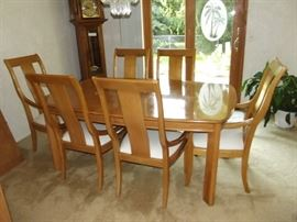 THOMASVILLE DINING TABLE W/6 CHAIRS, 2 LEAVES & TABLE PAD (like new)