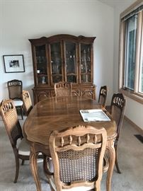 Beautiful dining set with 8 chairs and 3 leaves