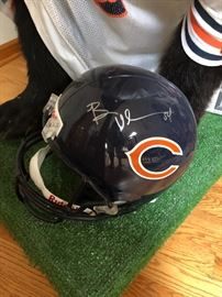 Brian URLACHER signed helmet (sold with bear)