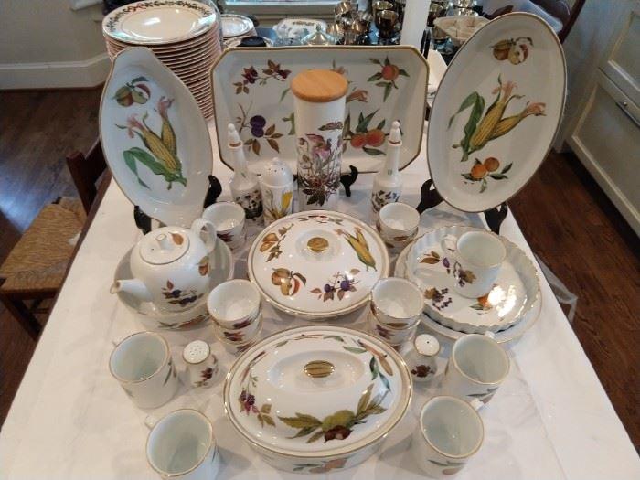 """28-piece set of Royal Worcester (England) """"Evesham"""" porcelain."""
