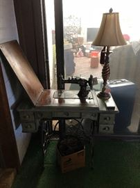 Singer antique sewing machine with all the parts!
