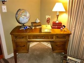 Sewing table can also be used as a desk or vanity -  in super condition (no sewing machine inside)
