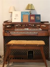 Baldwin electric organ with beautiful bench