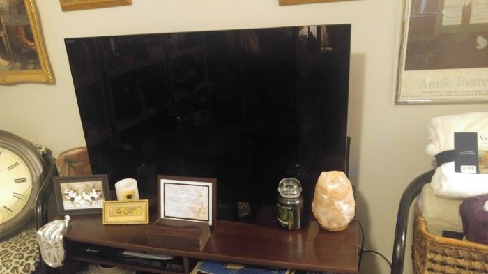 Several flat screens TVs excellent condition