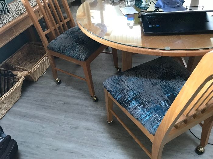 Dining room table w/caster chairs