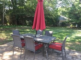 OUTDOOR DINING SET / UMBRELLA