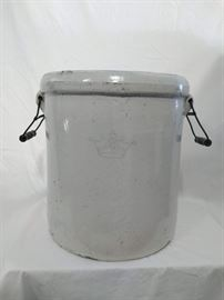 Robinson-Ransbottom 10 Gallon Blue Crown Crock https://ctbids.com/#!/description/share/47076