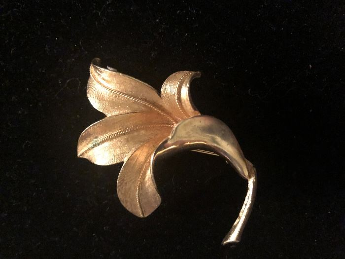 Vintage gold tone costume jewelry brooch