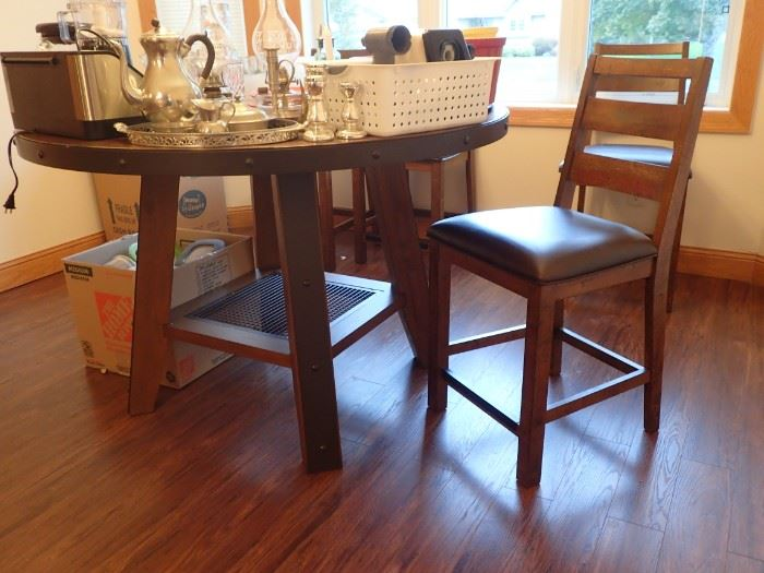 OMEXEY HOME ROUND TABLE AND 4 CHAIRS