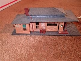 TRAIN HOUSES AND ACCESSORIES