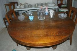 Fine Oak Table with 4 leaves