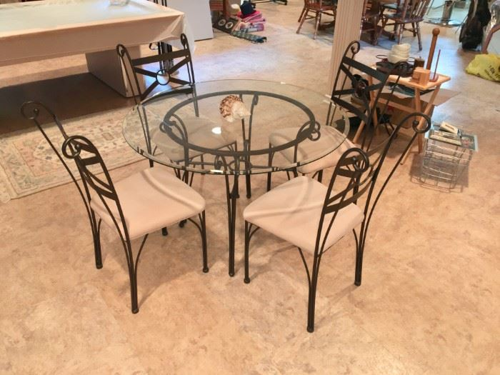 ROUND METAL AND GLASS TOP W/4 CHAIRS