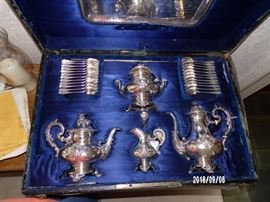 Beautiful ornate Design - 24 Spoons & Creamer & Sugar - main level
