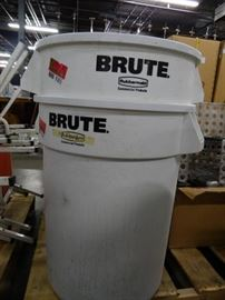 1 32 Gallon Rubbermaid Brute Trash Can with Lid