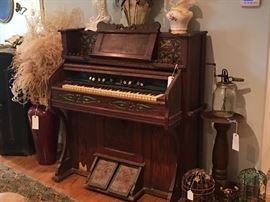 Lakeside Pump Organ, Decor