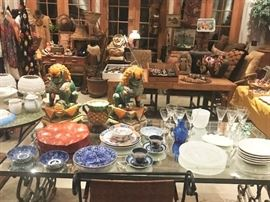 Large amounts of decorative items of all kinds