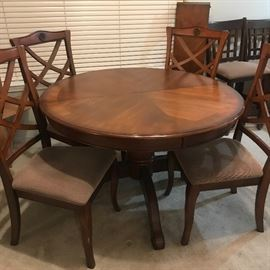 perfect condition/can go larger w/chairs