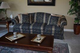 Sofa with 4 Decorative Pillows