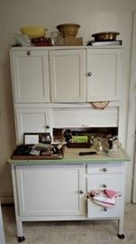 Vintage Hoosier cabinet (In great condition)
