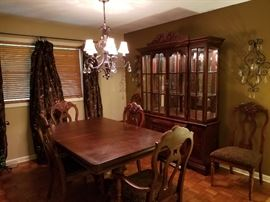 Lovely Thomasville Dining Room Set with 2 leaves, & 6 chairs
