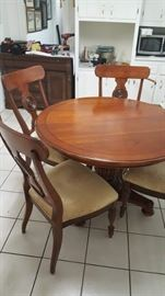 Ethan Allen Table with 4 chairs - includes 1 leaf