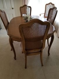 Thomasville Dining Room Table and 5 Chairs in excellent condition 2 leaves and pads included.