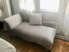 Chaise in dove gray