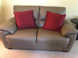 Dark Tan Leather Love Seat & Throw Pillows https://ctbids.com/#!/description/share/46923