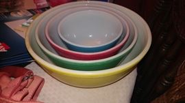 Vintage Pyrex nesting bowls ( two sets)