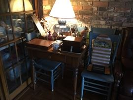 Small Table and 4 chairs - great vintage lamp