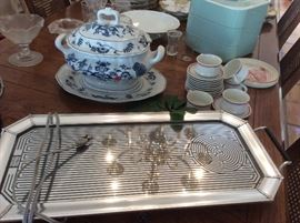 Heated tray, serving pieces