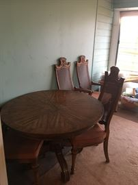 Dining Room Table w/2 leaves & 6 chairs